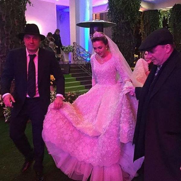 Избранница наследника бизнес-империи блистала в платье от модного дома Elie Saab