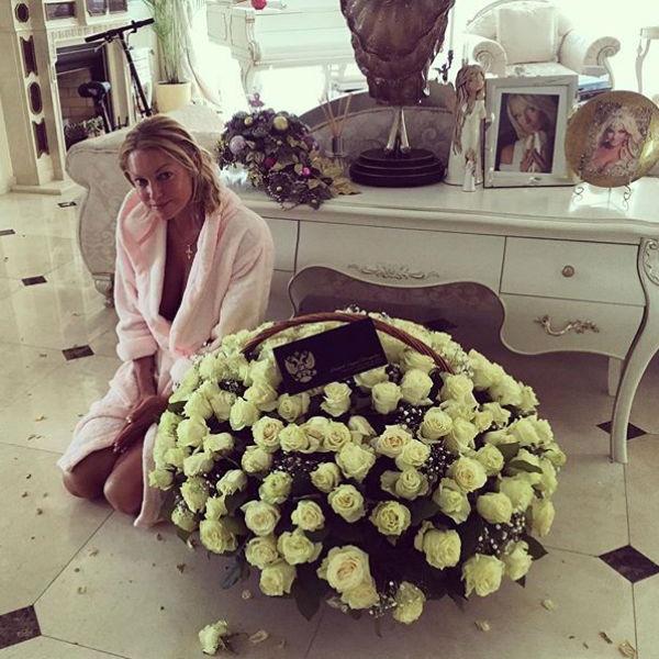 Поклонникам Анастасии хорошо известно, что она любит белые розы, и именно их дарят балерине ухажеры