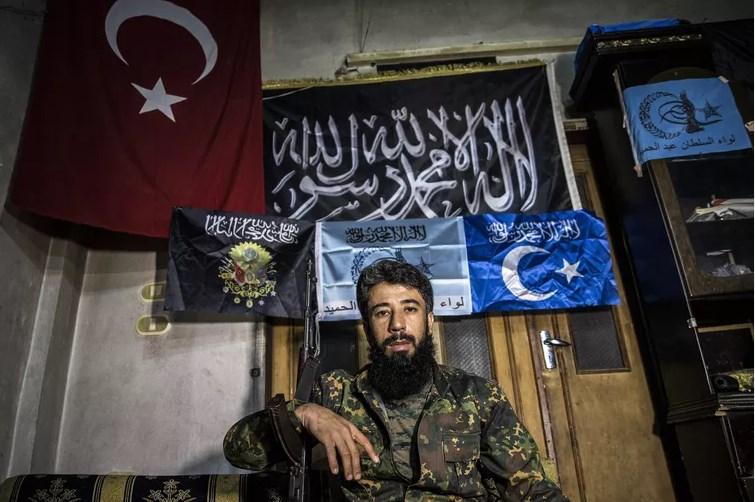 Полевой командир из бригады «Sultan Abdulhamid Han» рассказывает о военной кампании против Асада и России в районе Байырбуджак (Bayirbucak) на севере провинции Латакия, 27 октября 2015 года