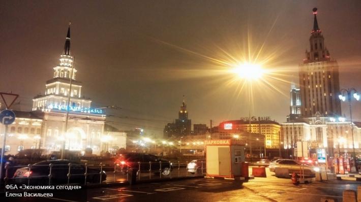 Дыра образовалась на дороге в центре Москвы из-за прорыва трубопровода