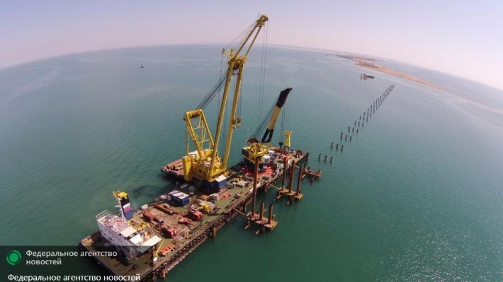 Турецкое судно на полном ходу протаранило строящийся мост в Крым