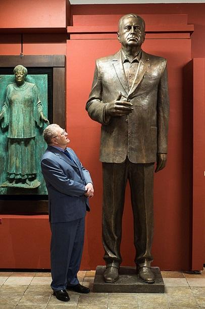 В Москве поставили памятник Жириновскому