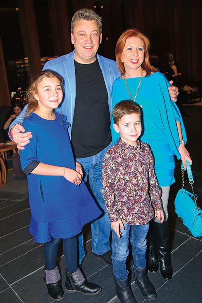 Брат Максима Галкина Дмитрий с женой Натальей, дочкой Алиной и сыном Гришей