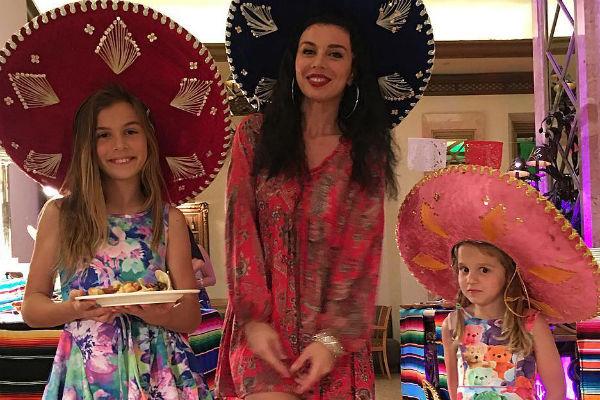 Анна Седокова с дочками Алиной и Моникой