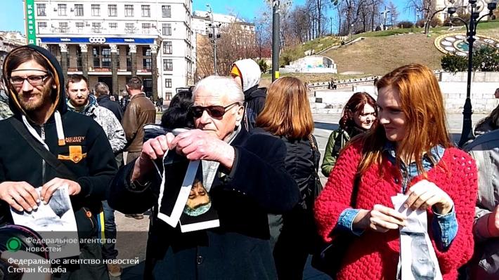 Похороны карателя закончились сожжением портретов Порошенко на Майдане