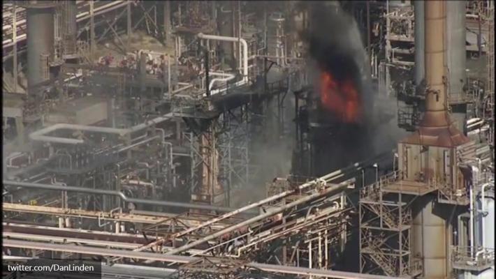 Мощный пожар бушует на крупнейшем нефтезаводе компании ExxonMobil в Техасе