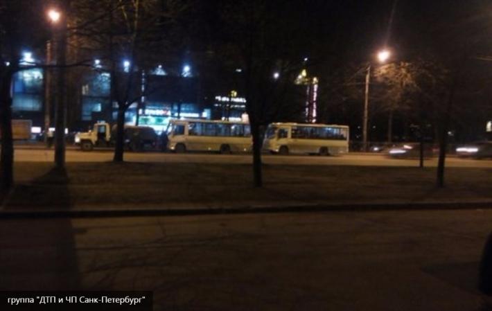 Массовое ДТП в Петербурге: на Гражданском проспекте столкнулись грузовик и две маршрутки