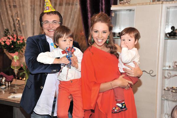 Дибровы воспитывают троих сыновей. На фото - Дмитрий со старшим Сашей и Полина со средним Федей в ожидании младшего Илюши
