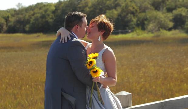 Незабываемая свадьба: в США невеста пришла на церемонию в костюме тиранозавра