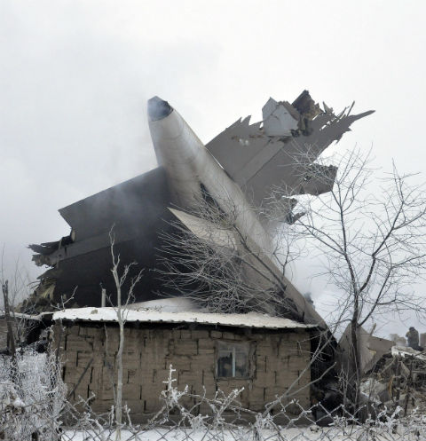 Заходя на посадку, грузовой «Боинг» рухнул на жилые дома