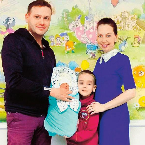 Антон с женой и сыновьями Львом и Максимом живет в Дзержинске