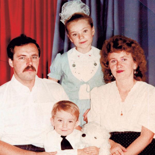 Саша с родителями - Алевтиной Анатольевной, Андреем Генриховичем - и сестрой Катей