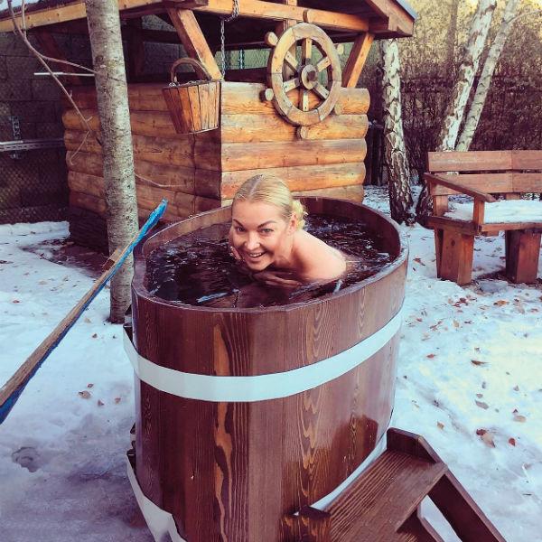 Анастасия Волочкова совмещает приятное с полезным - охлаждается в купели и делает фото для поклонников