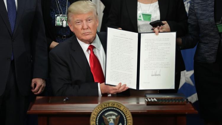 Трамп пообещал немедленно начать строить стену на границе с Мексикой