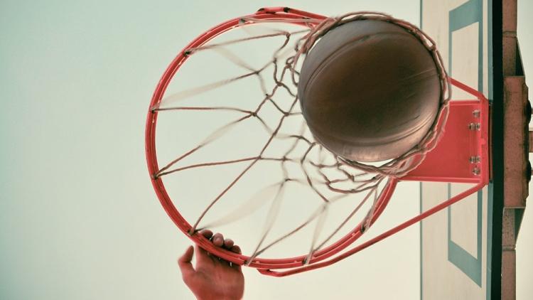 Опасная игра: во время баскетбольного матча у игрока выпал глаз