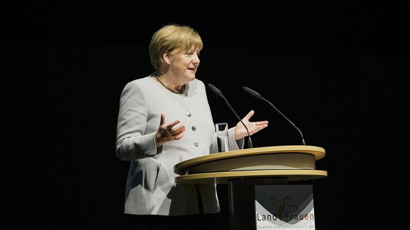 Стало известно, о чем говорили Мэй и Меркель во время прогулки