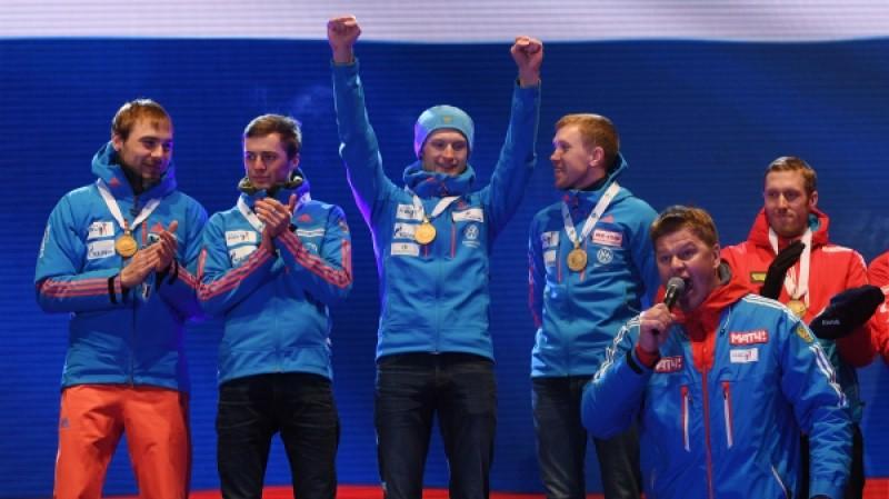 Сборной России по биатлону вручили золотые медали под другой гимн