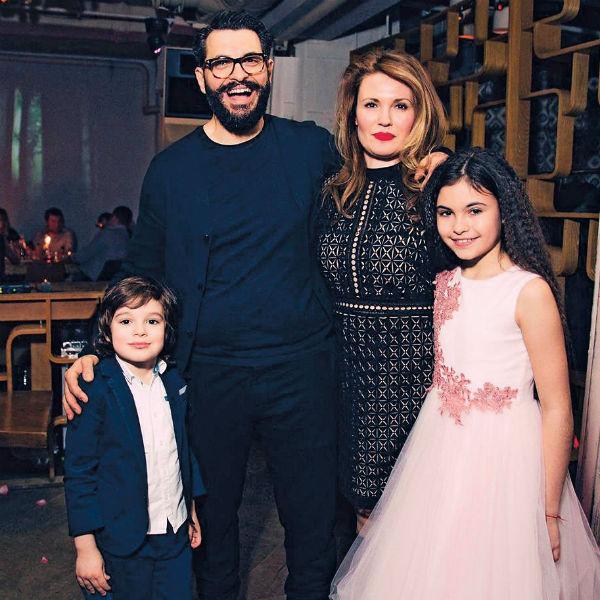 Ламберти с женой и детьми на праздновании дня рождения