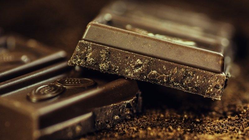 Грузовик с шоколадными батончиками сгорел на шоссе в Великобритании