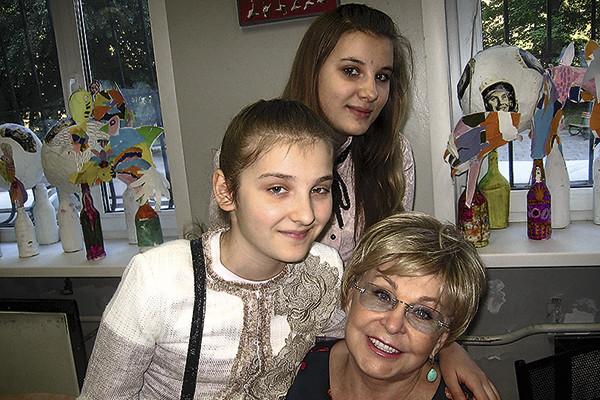 Ведущая с внучатыми племянницами Ангелиной и Анной
