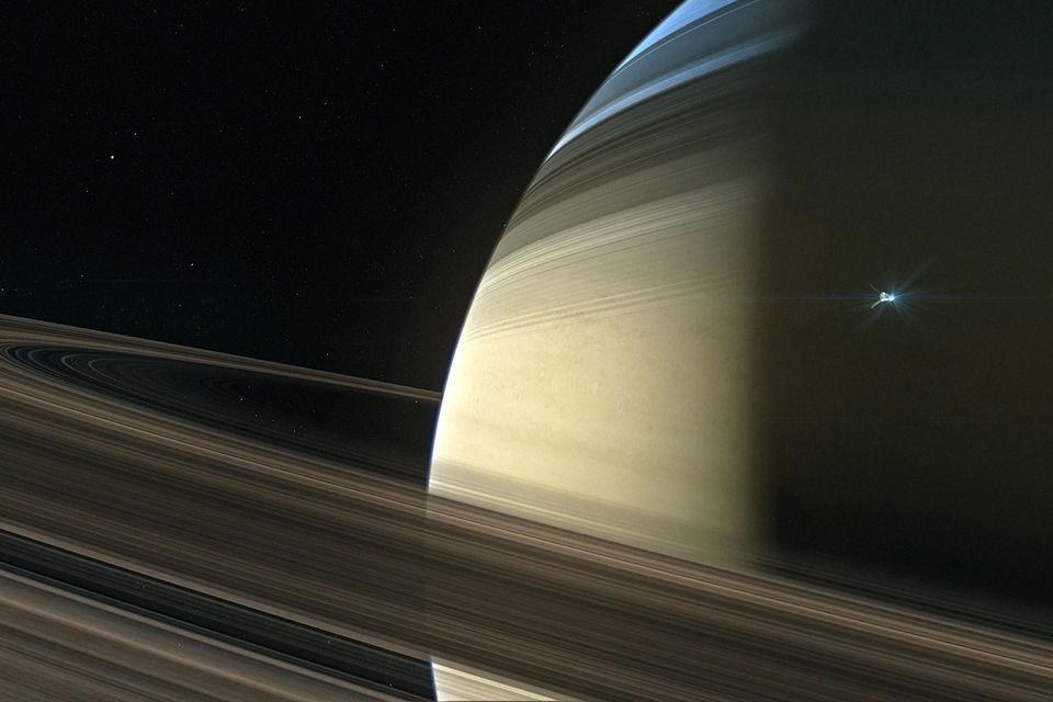 Зонд «Кассини» (на фото справа) сгорел в слоях атмосферы Сатурна