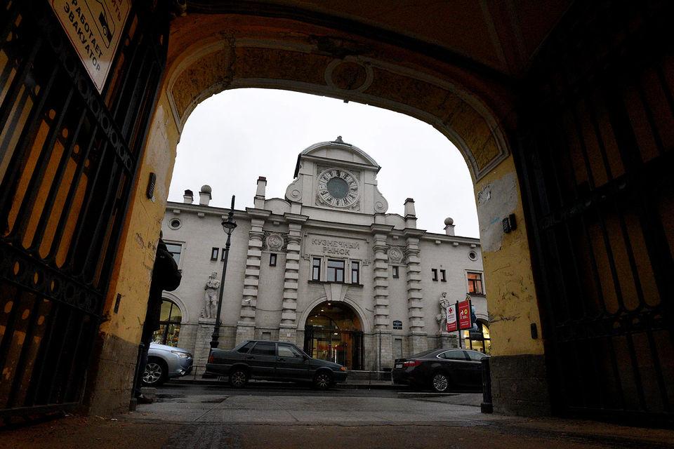Рынок находится в Кузнечном переулке, 3, недалеко от Владимирского проспекта и станции метро «Владимирская», здание построено в 1922–1927 гг.