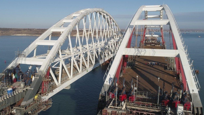 Первым судном, прошедшим под арочным дуэтом Крымского моста, стал сухогруз с Украины