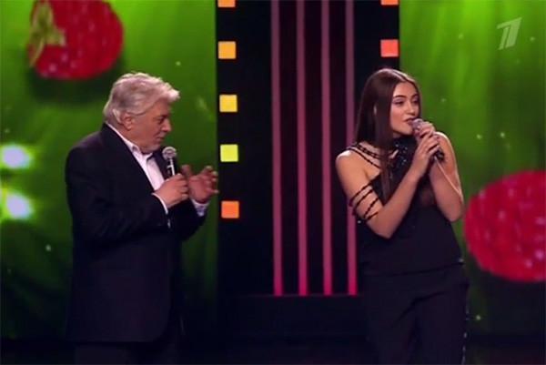 Внучка Вячеслава Добрынина выступила в дуэте с дедом