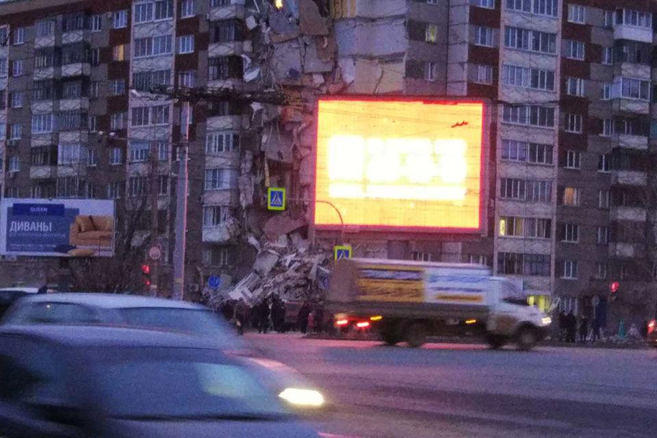 «Интерфакс» со ссылкой на очевидцев сообщает, что полностью разрушен один подъезд дома