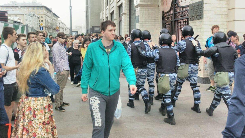 Более 300 людей задержали