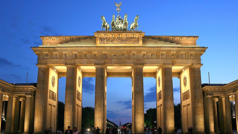 Посла Литвы шокировали флаги СССР и люди в буденовках у Бранденбургских ворот Берлина