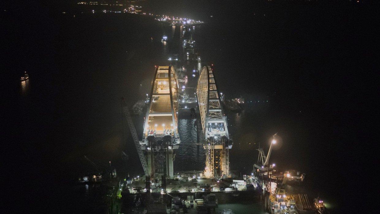Стройка века: опубликовано фото ночных работ на арках Керченского моста