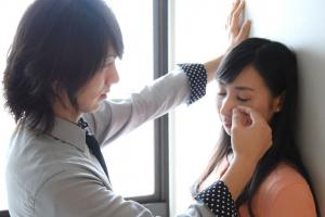 «Мальчики по вызову»: в Японии женщины нанимают «утешителей», которые вытирают им слёзы на работе