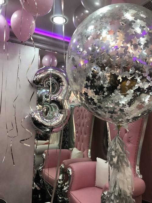Салон был оформлен сверкающими шарами в стиле диско