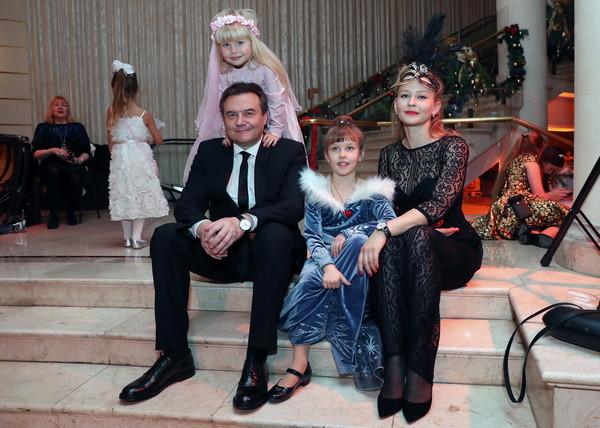 Алексей Учитель и Юлия Пересильд с дочерьми Анной и Марией