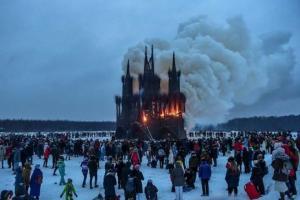 «Готическая Масленица»: в России на массовом праздновании сожгли 30-метровый макет храма