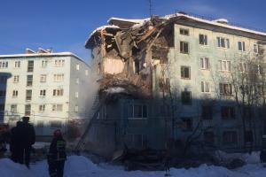 «Из-под завалов доносятся крики»: в российском Мурманске рухнула часть многоэтажки