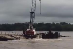 На стройке моста в РФ произошла крупная авария: в воду рухнули пролеты и кран