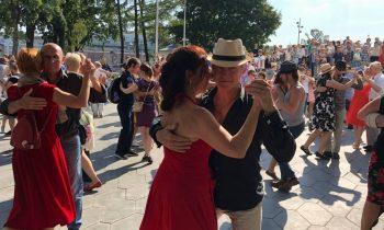 «Мы пришли на праздник жизни»: большой танго-флэшмоб в московском «Зарядье». ФАН-ТВ