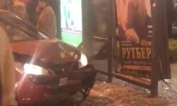 Автомобиль вылетел на остановку на Невском проспекте в Петербурге
