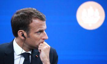 Макрон пообещал повысить минимальную месячную зарплату во Франции