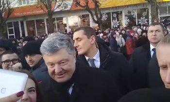 Порошенко выбил выбил телефон из рук украинца за попытку задать вопрос