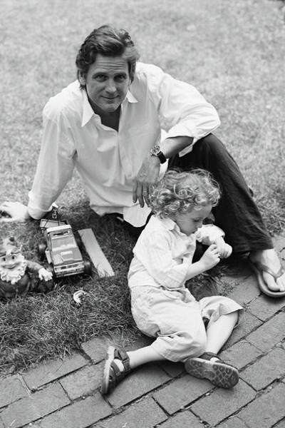Дэниэл Макдональд с ребенком