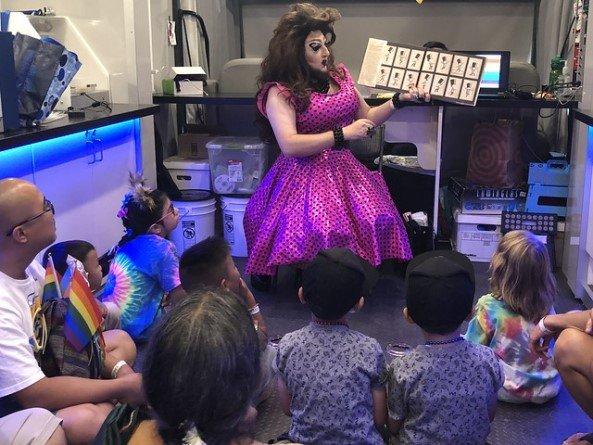 Переодетые женщинами трансвеститы прививают американским дошколятам основы ЛГБТ-идеологии