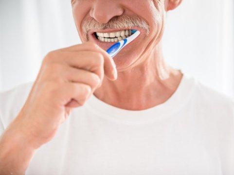 Чистка зубов помогает предотвратить развитие болезни Альцгеймера