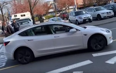 Tesla без водителя устроила гонки по встречной полосе