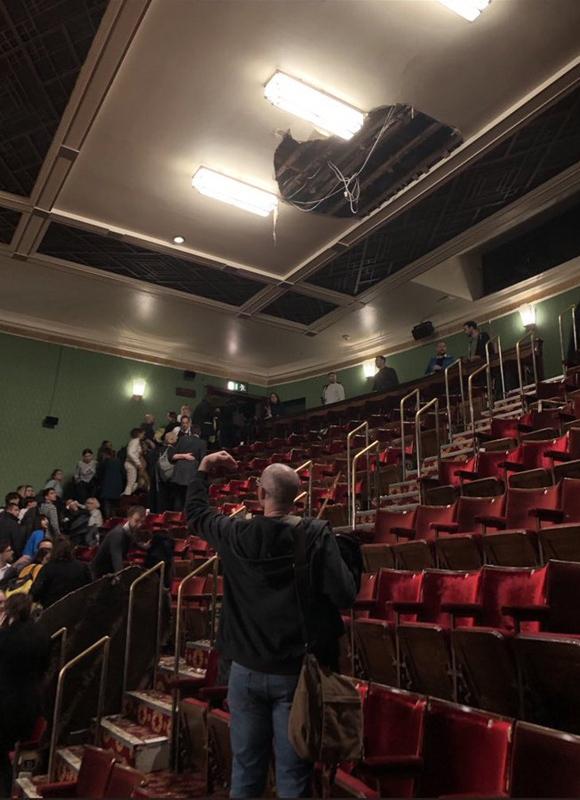 Потолок театра в Лондоне рухнул во время представления