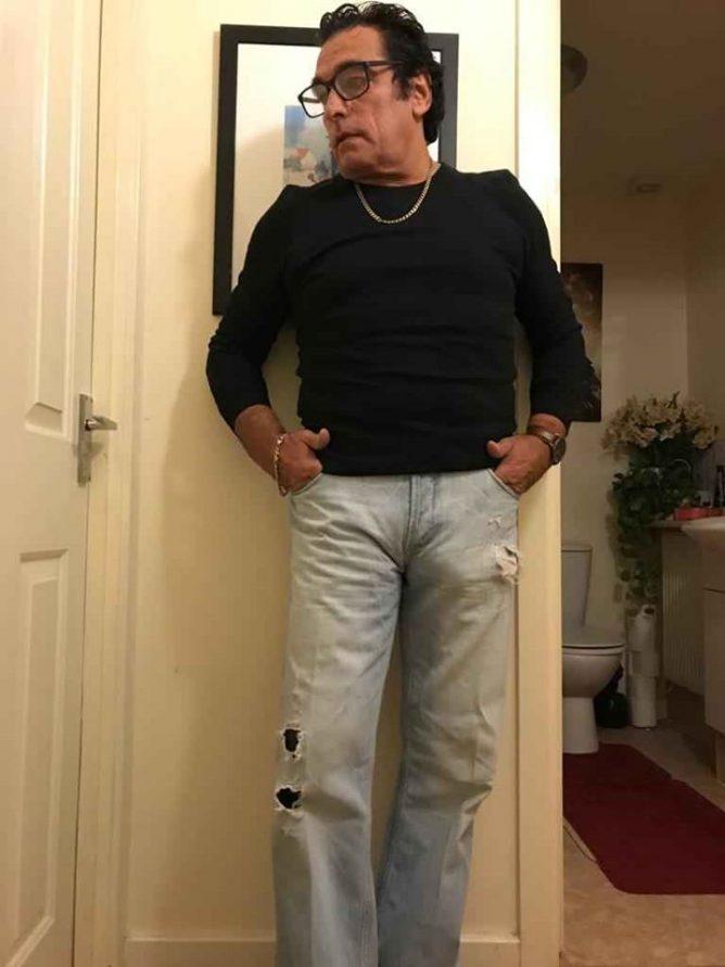 Мужчина хотел продать джинсы и привлек внимание пользователей Сети