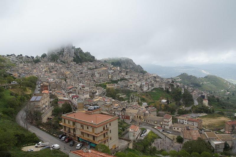 Триокала, современная Кальтабеллотта, занимает неприступную позицию на вершине горы.