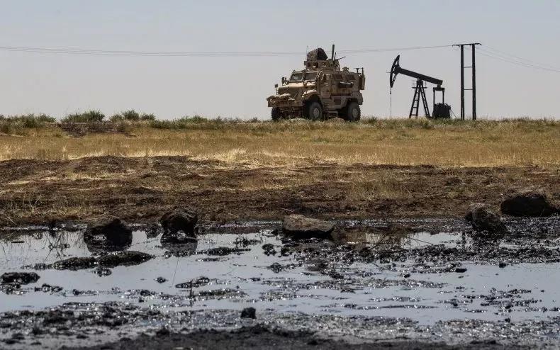 Newsweek: Американские военные в Сирии увязли в «забытой войне» за нефть, в то время как Россия расширяет свое военное присутствие и перехватывает инициативу